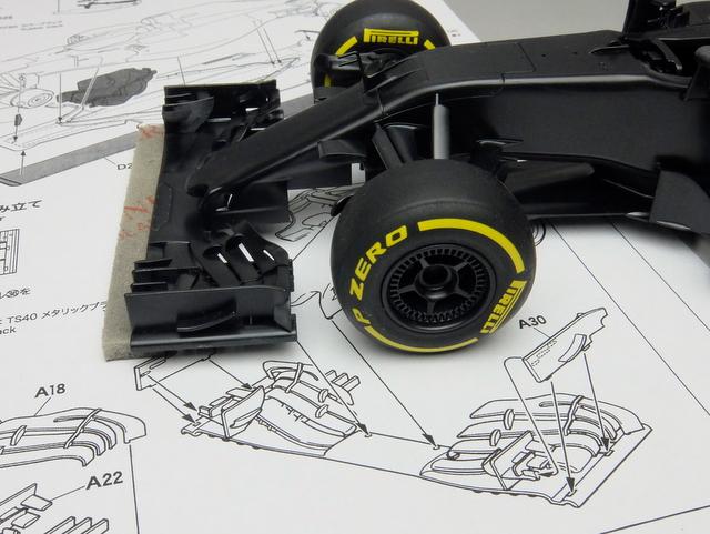 フロントウイングとステイの結合部の面積はごく僅かだが、しっかりしたダボが設けられており、確実な固定が可能だ。