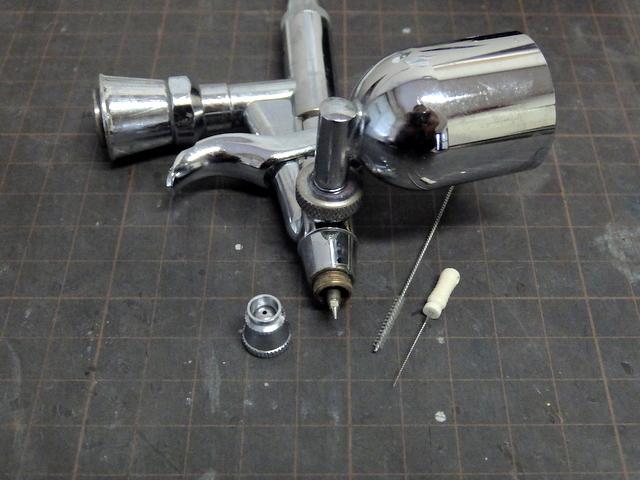 エアブラシのノズルを歯科用リーマーで掃除
